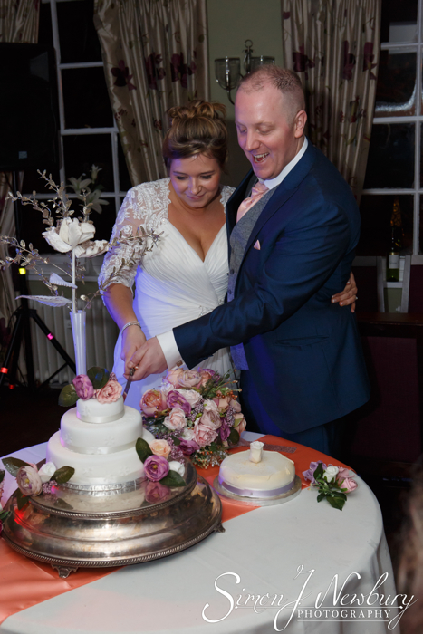 cutting cake wedding photography